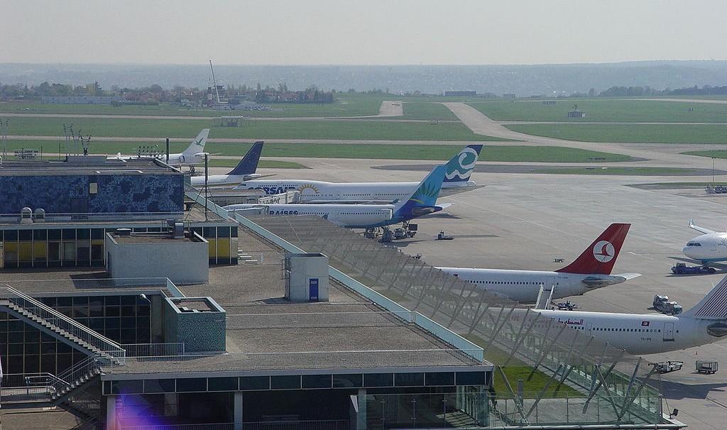 Avions de ligne sur le tarmac de l'aéroport d'Orly