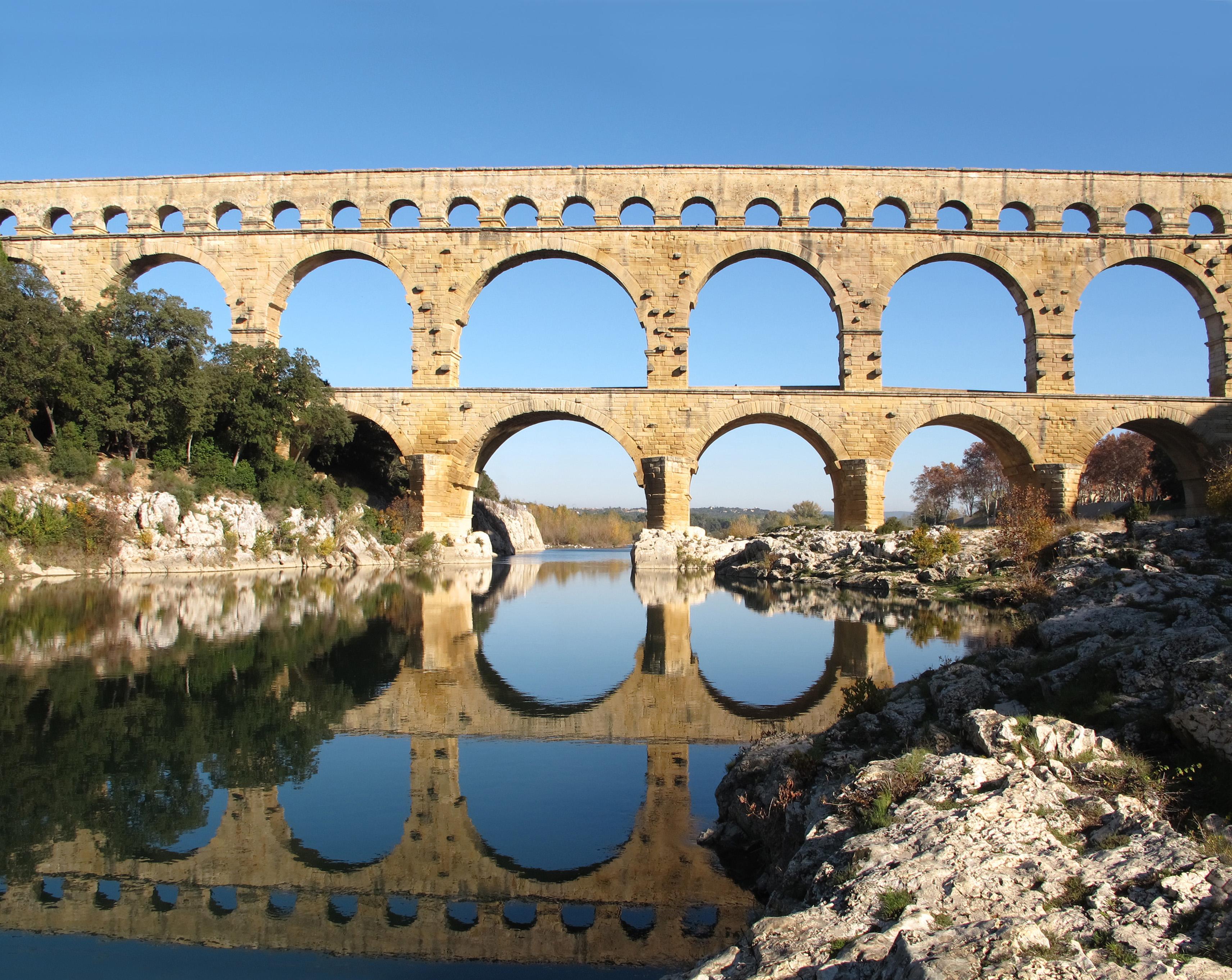 Le Gardon passe sous le pont du Gard
