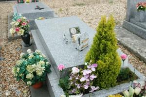 Ici, la tombe de l'acteur André Raimbourg, dit Bourvil, au cimetière de Montainville (78)