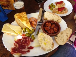 1024px-Spanish_mix_of_tapas_(7068994247)