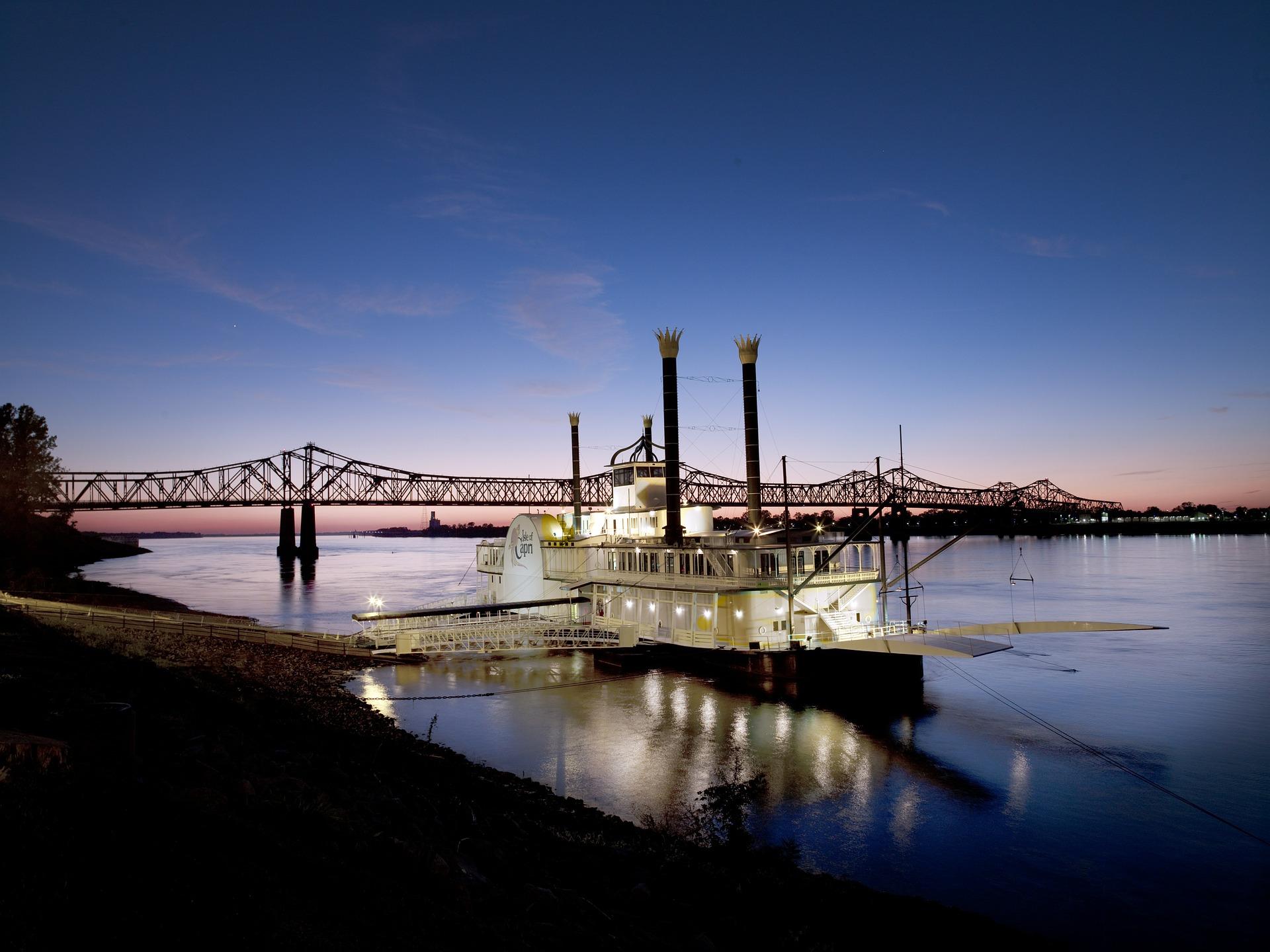 bateau naviguant sur le Mississippi la nuit